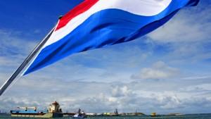 2013-09-10 13:51:07 ROTTERDAM - De Young Heng komt aan in de Rotterdamse haven. Het Chinese schip is het eerste vrachtschip dat via een historische handelsroute langs de Noordpool vanuit China naar Europa is gevaren. ANP ROBIN UTRECHT
